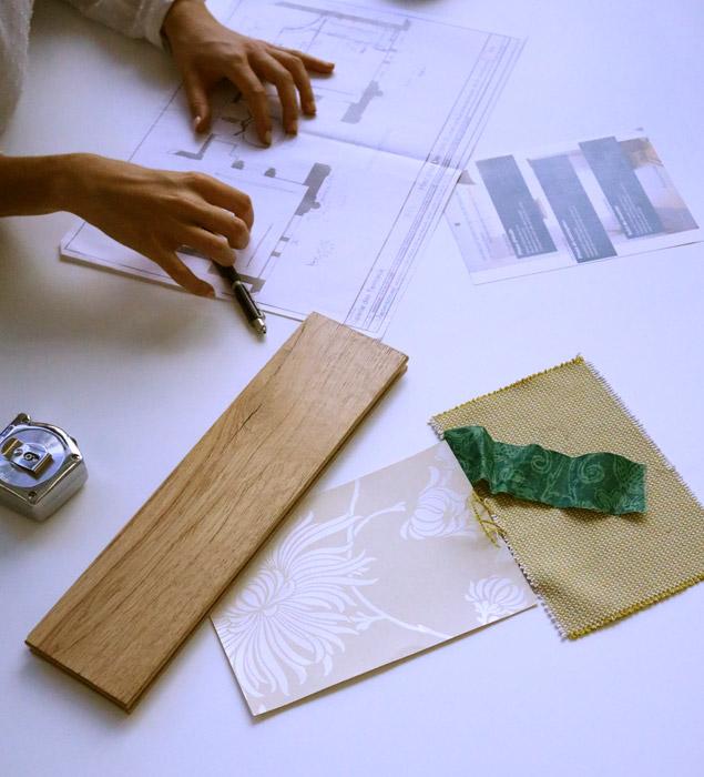 bureau d'architecte avec plans et échantillons matériaux